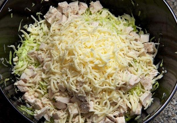 Салат из капусты с курицей и зеленым горошком